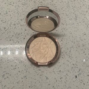 Becca Vanilla Quartz Highlighter